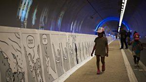 une-longue-bande-dessinee-dans-le-tunnel-de-la-croix-rousse-a-lyon-le-21-mai-2016_5601933